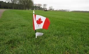 Le drapeau canadien.