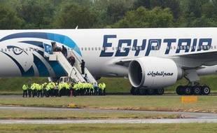 """Un avion d'Egyptair assurant la liaison entre Le Caire et New York a fait un atterrissage d'urgence samedi sur l'aéroport britannique de Glasgow Prestwick après """"la découverte à bord d'une note suspecte"""", a indiqué la police, obligeant l'armée de l'air à escorter l'appareil."""
