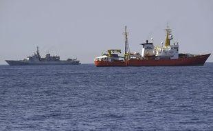 Le navire italien «Orione» (G) et l'«Aquarius», le 12 juin 2018.