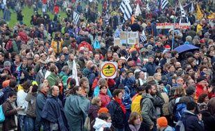 Drapeaux au vent, nez rouges de clown, personnalités de gauche et polémique politique: les opposants au projet d'aéroport de Nantes ont réussi leur pari en mobilisant samedi à Notre-Dames-des-Landes plusieurs milliers de sympathisants.
