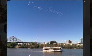 Un mystérieux inconnu a fait écrire un message d'excuses dans le ciel de Brisbane en Australie.