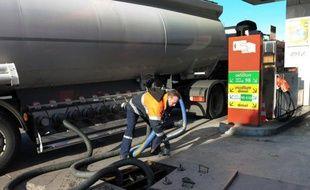 La consommation de carburants en France a reculé de 1,2% en 2012, après trois années de stabilité, sous l'effet conjugué de la cherté des prix à la pompe et de l'amélioration de la performance énergétique du parc automobile, a-t-on appris mercredi.