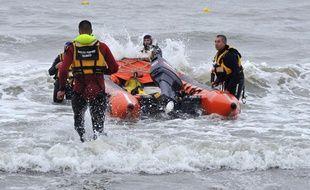 Les sauveteurs s'activent après la noyade de quatre personnes le 18 juillet 2009 à Trouville.