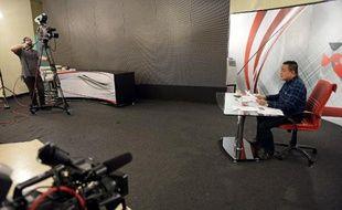 TO GO WITH 'THAILAND-POLITICS-OPPOSITION' by Delphine THOUVENOT Jatuporn Prompan, président des Chemises rouges, lors d'une émission en direct dans les studios de Peace TV à Bangkok le 10 octobre 2014