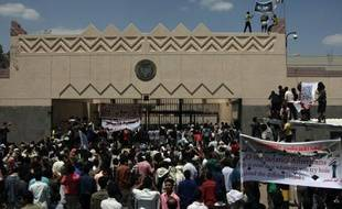 Plusieurs milliers de manifestants protestant contre un film sur l'islam ont pris d'assaut jeudi matin l'ambassade des Etats-Unis à Sanaa, avant d'être dispersés par la police, selon le correspondant de l'AFP sur place.