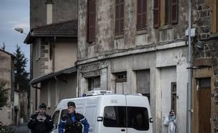 Les gendarmes  devant le bâtiment où la mère des trois enfants a été retrouvée morte, à Pontcharra-sur-Turdine, le 29 mai 2016.