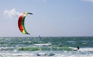 Un kitesurfeur (illustration).