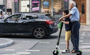 Deux usagers sur une trottinette électrique, c'est interdit !