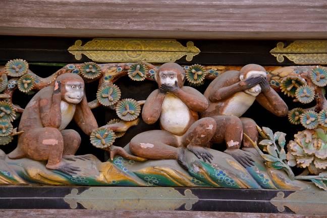 L'une des plus anciennes représentations connues des trois singes, au Nikkō Tōshō-gū, l'un des Sanctuaires et temples de Nikkō au Japon