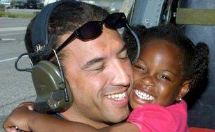 Photo fournie par l'US Air Force montrant la petite LeShay Brown, survivante de l'ouragan Katrina, les bras autour du cou du sergent-chef Mike Maroney, le 7 septembre 2005 à la Nouvelle-Orléans