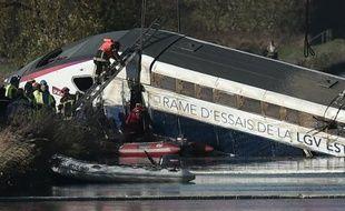 Des équipes de secours sur les lieux d'un accident de TGV, le 15 novembre 2015 à Eckwersheim, près de Strasbourg, en Alsace