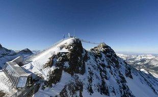 Un pont reliant deux pics du massif des Diablerets, sur le domaine skiable du Glacier 3000 (Suisse).