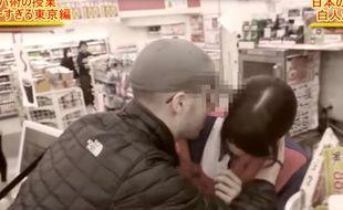"""Dans une vidéo qui enflamme les réseaux sociaux, le Suisse Julien Blanc """"enseigne"""" aux hommes comment """"se faire des Japonaises""""."""
