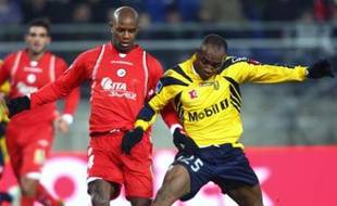 Sochaux's forward Kandia Traore (R) vies with Valenciennes's defender David Sommeil (L) during their French L1 football match, 26 January 2008 at the Bonal stadium in Sochaux. AFP PHOTO JOHANNA LEGUERRE