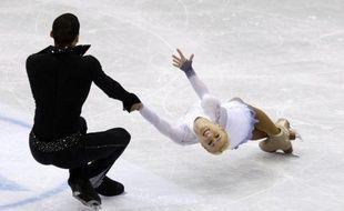 Les Allemands Aliona Savchenko et Robin Szolkowy, qui visent un 4e sacre, ont pris la tête à l'issue du programme court malgré quelques erreurs et sont talonnés par les revenants chinois, Pang Qing/Tong Jian, lors des Mondiaux-2012 de patinage artistique mercredi à Nice.