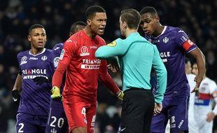 Le gardien du TFC Alban Lafont et son capitaine Issa Diop protestent auprès de l'arbitre François Letexier après le penalty sifflé en faveur de l'OL.
