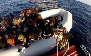 Capture d'écran fournie le 17 avril 2015 par les gardes-côtes italiens d'une opération de sauvetage d'un bateau de migrants menée le 15 avril 2015 au large de la Sicile