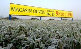 Un panneau annonçant l'ouverture d'une  grande surface à Rots (Calvados) le dimanche 13 décembre 2007.