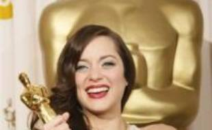 """La Française Marion Cotillard a remporté dimanche un historique Oscar de la meilleure actrice à Hollywood pour """"La môme"""" sur la vie d'Edith Piaf, tandis que les statuettes des seconds rôles sont allés à Javier Bardem et Tilda Swinton."""