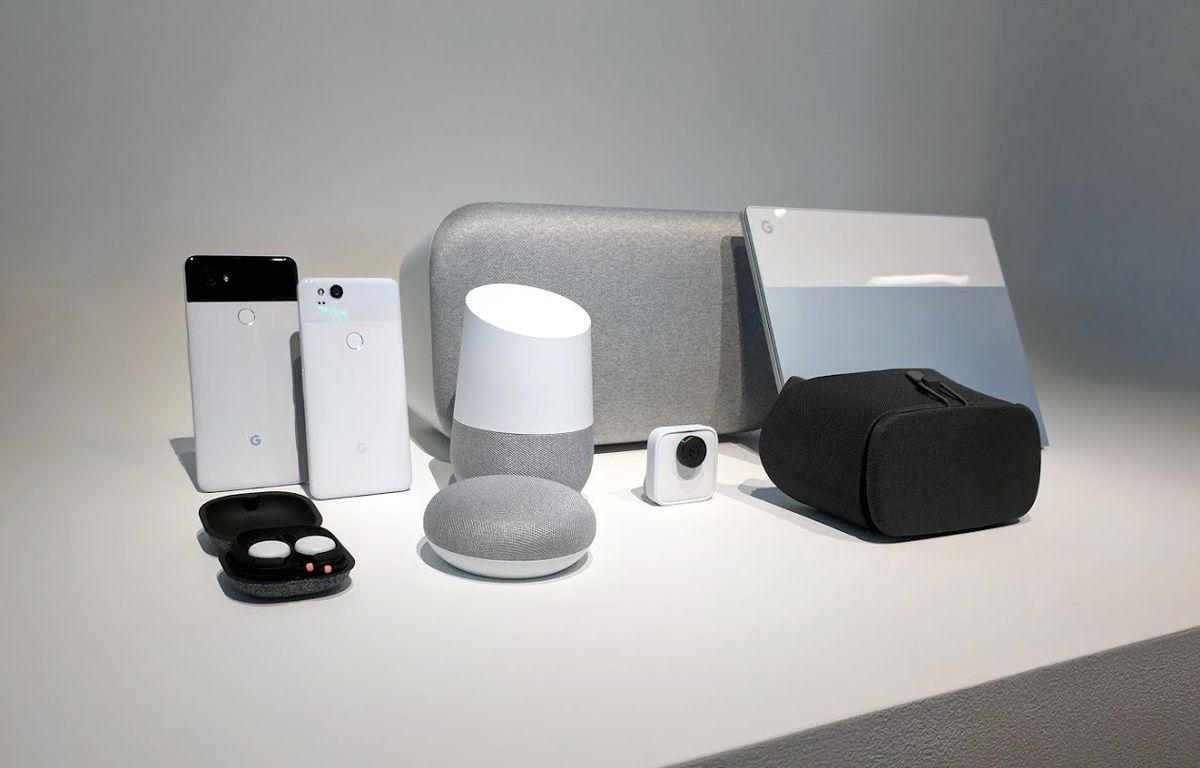 Toute la famille de hardware fabriqué par Google, avec, au centre, les enceintes Home Mini, Home et Homle Max. – 20 MINUTES
