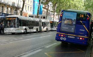 Le défilé des bus sur les boulevards de Toulouse, le 16 juillet 2018, jour de la fermeture pour travaux de la ligne A du métro.