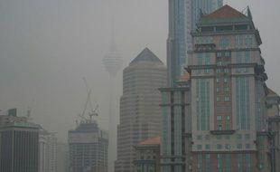 Les incendies de forêts en Indonésie provoquent des nuisances jusqu'en Malaisie dont la capitale Kuala Lumpur est envahie par une épaisse fumée blanche, le 15 septembre 2015