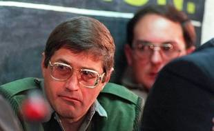 """Eugene de Kock, le 21 juillet 1998 à Prétoria(FILES)-- A file photo taken on July 21, 1998 in Pretoria shows Eugene De Kock, who was sentenced to 289 years imprisonment and life sentence for 87 crimes, being guarded by a prison warder at the Truth and Reconciliation Commission (TRC) hearing. One of South Africa's most notorious apartheid murderers, Eugene de Kock -- dubbed """"Prime Evil"""" -- was granted parole on January 30, 2015, after 20 years in jail, while applications by two others were refused. AFP PHOTO / WALTER DHLADHLA"""
