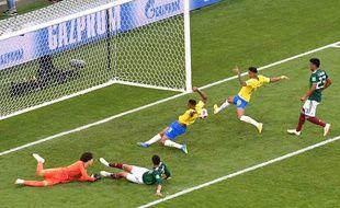 Neymar pousse le ballon au fond des filets pour le 1er but brésilien