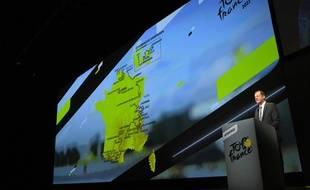 Christian Prudhomme devant le parcours du Tour de France 2022, ce jeudi à Paris.