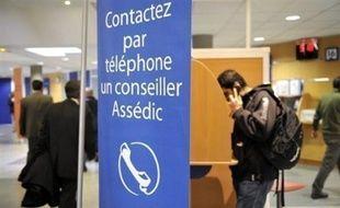 Les tarifs d'appel à Pôle emploi (3949) pour les abonnés au téléphone mobile Orange, SFR et Bouygues, baisseront en avril, a-t-on appris de sources concordantes mercredi.