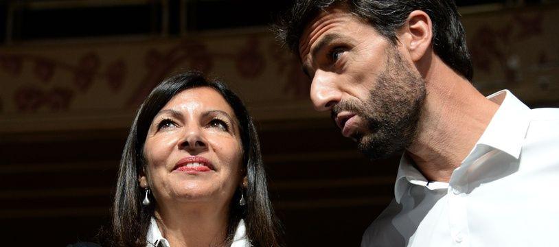 Tony Estanguet, le président du Comité d'organisation des JO 2024, en discussion avec la maire de Paris Anne Hidalgo.