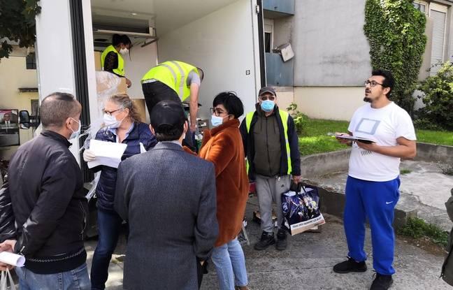Mohamed Bouriache (à droite), directeur de l'association, tient à jour la liste des béénficiares de l'aide.