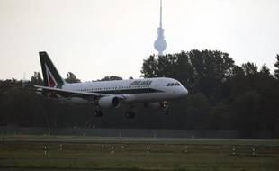 La compagnie sicilienne Windjet, au bord de la faillite et dont les négociations pour un rachat par Alitalia ont échoué, a stoppé ses opérations dimanche à minuit, ses vols étant pris en charge moyennant un supplément par d'autres compagnies, au grand dam des passagers.