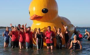Le Cockburn Masters Swimming Club et des nageurs posent avec leur mascotte, Daphne, le canard gonflable géant.