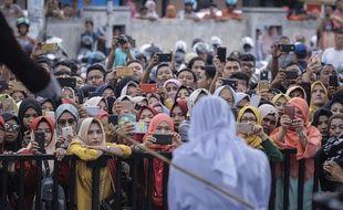 Une femme se fait flageller en public, le 20 avril 2018, à Banda Aceh en Indonésie.