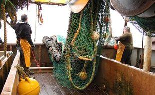 Les chaluts du Maria Magdalena sont équipés de mailles carrées et de bourrelets pour préserver l'environnement, à Boulogne-sur-Mer le 5 avril 2012.