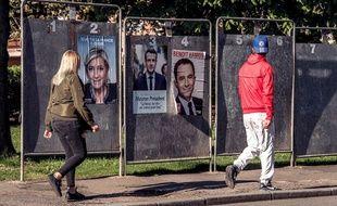 Des panneaux d'affichage public lors de la présidentielle 2017.