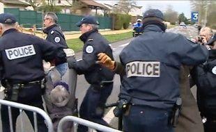 L'arrestation musclée de Katia Lipovoï, une militante écologiste.