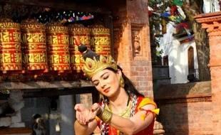 Maud Grasmuk, alias Manjushree, danse devant un temple népalais.