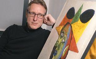 Arthur Brand pose à côté du Picasso retrouvé, «Buste de Femme (Dora Maar)», le 14 mars 2019.