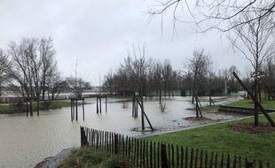 Le fleuve est sorti de son lit et les berges de la rive droite sont inondées ce lundi matin.