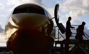 La compagnie aérienne à bas coût britannique Flybe a dû payer des acteurs ces derniers jours pour voler du petit aéroport anglais de Norwich vers Dublin afin d'éviter d'avoir à payer une amende commerciale de 280.000 livres (352.000 euros), a-t-elle admis lundi.