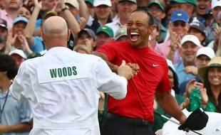 Tiger Woods célèbre sa victoire à Augusta avec son caddie, le 14 avril 2019.