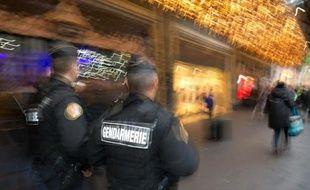 Des gendarmes patrouillent devant un grand magasin à Paris le 19 novembre 2015 dans le cadre du plan Vigipirate