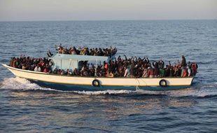 Avril 2011. Des immigrés sub-sahariens arrivent dans une embarcation près des cotes de l'île italienne de Lampedusa, en Méditerrannée.