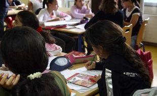 Des élèves du collège Robert-Desnosà Orly  fait partie du programme E.C.L.A.I.R (Ecole Collège Lycée Ambition Innovation Réussite) depuis Septembre 2011.