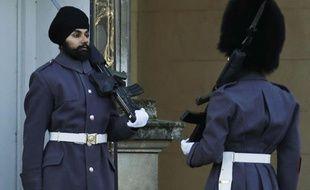 Jatenderpal Singh Bhullar, un soldat sikh de 25 ans, est devenu le 11 décembre le premier garde de Buckingham palace à ne pas arborer le traditionnel bonnet en poil d'ours.