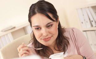 Certains consommateurs sont très vigilants face aux dates de péremption, quand d'autres n'ont aucun problème à manger des yaourts ou d'autres denrées alimentaires périmées.