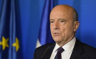 """Alain Juppé ne veut pas """"redescendre dans l'arène"""".  / AFP PHOTO / Nicolas TUCAT"""