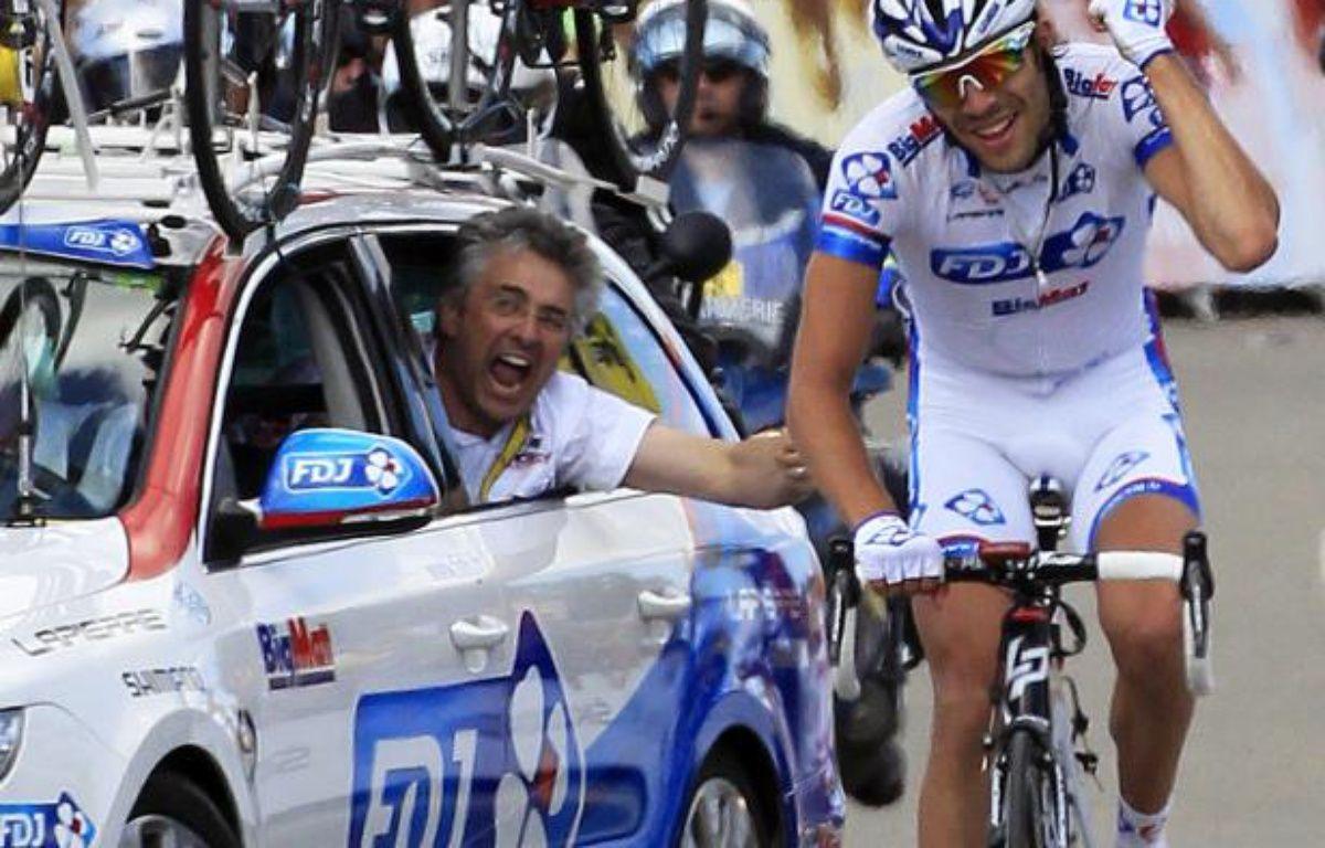 Le coureur français Thibaut Pinot, lors de sa victoire sur la 8e étape du Tour de France, le 8 juillet 2012 à Porrentruy (Suisse), encouragé par le manager de la FDJ BigMat Marc Madiot, dans la voiture de son équipe. – J.P.Pellissier/REUTERS